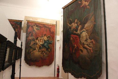 Alcuni stendardi all'interno del Museo Diocesiano