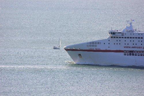 vela-incrocia-traghetto-ancona